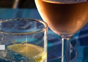 Вода и напитки в стекле